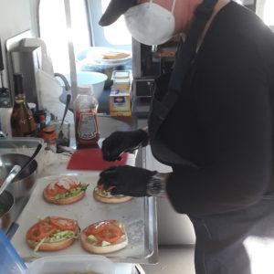 Cuisinier dans le food truck