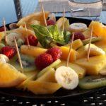 assiette de fruits coupés